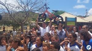 O Secretário de Turismo, Esportes e Lazer de Pernambuco, Felipe Carreras, com uma das bicicletas que serão doadas às crianças da ilha. Foto: Willian Cruz