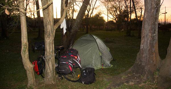 Camping em praça de Caetano Mendes. Foto: Pedro Sibahi
