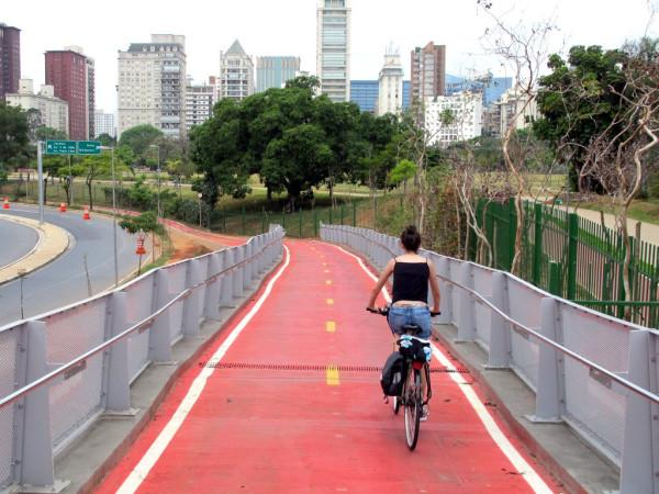 Ciclopassarela ligando o Parque do Povo à Ciclovia Rio Pinheiros foi construída como parte de compensação viária por empreendimento comercial. Acordo foi feito durante a gestão Kassab. Foto: Marcelo Iha/SPTuris