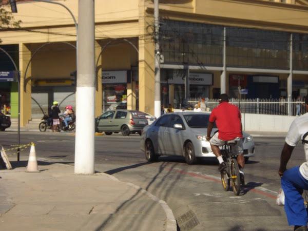 Má qualidade da ciclofaixa coloca ciclistas em risco. Foto: Sergio Franco/ Mobilidade Niterói
