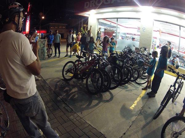 Durante Bicicletada participantes estacionam as bicicletas em uma das vagas destinadas aos carros. A farmácia, em área central, não conta ainda com paraciclo em seu amplo estacionamento. Foto: Jô Vianna