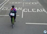 Bike Courier circula em rua de Londres. Foto: Raquel Jorge