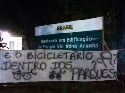 Massa crítica pendura faixa no Parque Vicentina Aranha ao final da Bicicletada, em março deste ano. Foto: Federica Fochesato