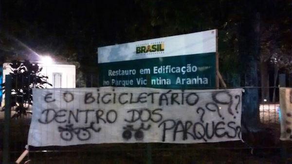 Faixa pendurada pela Massa Crítica no Parque Vicentina Aranha, em 2015. Foto: Federica Fochesato