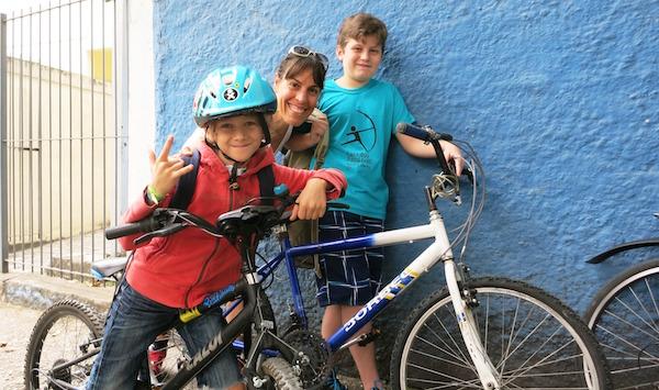 Nossa repórter, Federica, com Thomas e seu colega Natan, outro adepto da bike, depois do bate papo. Foto: Federica Fochesato