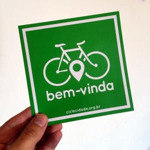 Adesivo será distribuído a comerciantes que recebem bem o ciclista. Foto: Willian Cruz