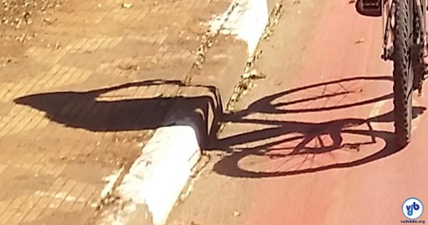 O simples ato de pedalar nas ruas tem sido visto como uma ofensa passível de agressão. E bicicletas da cor vermelha vêm sendo consideradas atestados de simpatia ao comunismo. Foto: Willian Cruz