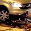 carro atropela bicicleta fb h - Imagem Rafael Darrouy-Reproducao