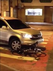 Motorista passa em cima de bicicleta de propósito. Imagem: Reprodução