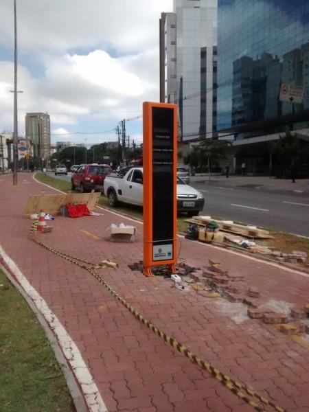Totem que mostrará contagem de ciclistas em tempo real está sendo instalado na Av. Bernardino de Campos. Foto: Alexandre Liodoro da Silva