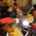 Policial usa arma de choque em um cidadão fantasiado. Imagem: Carlos Edward Campos/Reprodução