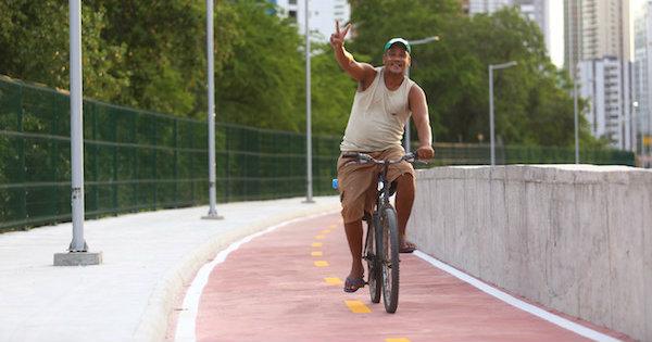 O ciclista Amsterdam Saraiva na Via Mangue. Foto: Peu Ricardo