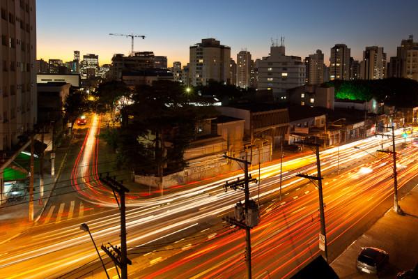 Com tráfego intenso e agressivo, Avenida Santo Amaro continuará sem ciclovia, obrigando quem depende de seu próprio esforço a dar uma volta enorme. Foto: Simon Plestenjak (cc by-nc-nd 2.0)