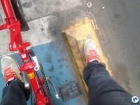 Blocos que separam a ciclovia da área dos automóveis também servem de apoio para o pé dos ciclistas. Foto: Fabio Nazareth