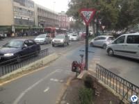 Nessa ciclovia, o ciclista deve dar preferência ao automóvel. Foto: Fabio Nazareth