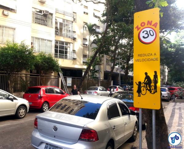 Placa indicando Zona 30 em Copacabana, no Rio de Janeiro. Foto: Willian Cruz