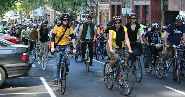 Capacete compulsório: Austrália foi o primeiro país a tornar o uso do capacete obrigatório. Durante pedalada coletiva na cidade de Melbourne, não há pessoas sem o acessório. Foto: Takver / CC BY-SA 2.0