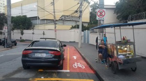 Carros agora estacionam até mesmo sobre a área ainda sinalizada como exclusiva de bicicletas. Foto: Silvia Oliveira