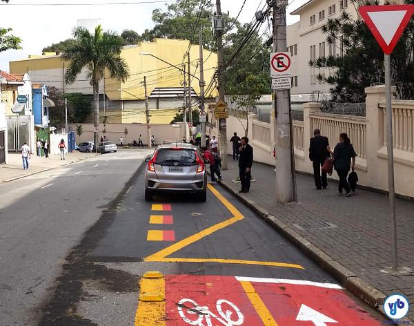Agora: com a retirada da ciclovia, que atende à solicitação do colégio na justiça, a fila de carros interrompe o caminho do ciclista. Foto: Willian Cruz