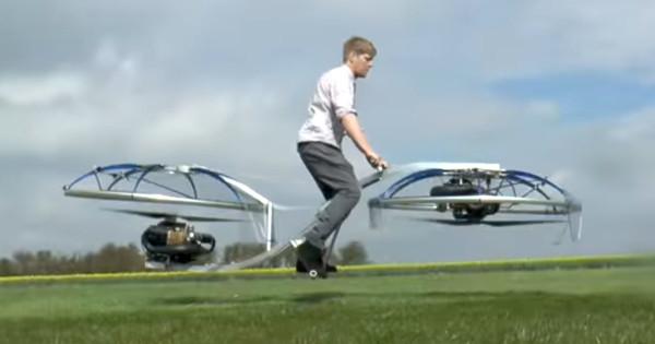 """Com hélices no lugar das rodas, a """"hoverbike"""" flutua acima do solo. Imagem: Colin Furze/Reprodução"""