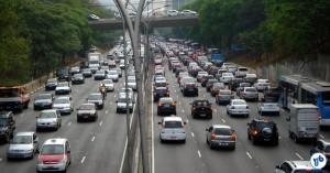 """Boa parte do Corredor Norte-Sul, em São Paulo, pode ser considerado uma """"via de trânsito rápido"""", como no trecho da imagem (Av. 23 de Maio). Mas há caminhos alternativos que compensam a proibição. Foto: Willian Cruz"""