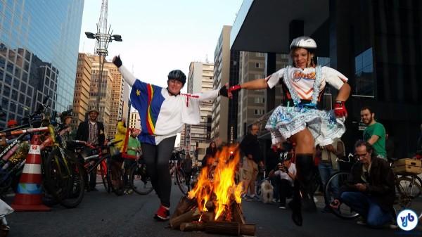Ciclistas pularam fogueira e dançaram quadrilha na festa de aniversário da Ciclovia da Paulista. Foto: Willian Cruz