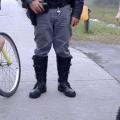 Policial impede ciclistas de prosseguirem na Rodovia dos Imigrantes. Foto: Willian Cruz