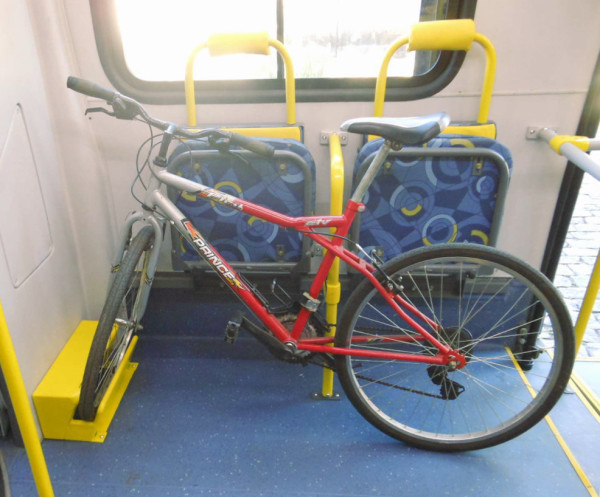 Bicicleta é apoiada pela roda e presa a um suporte vertical com uma cinta. Foto: SPTrans/Divulgação