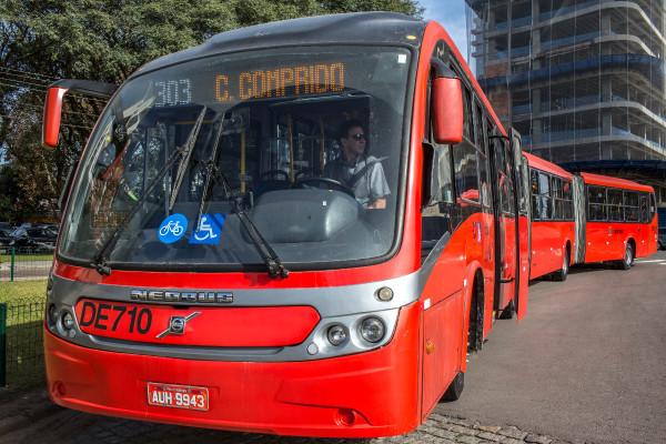 Adesivo no parabrisa informa que naquele ônibus o embarque de bicicletas é permitido (Curitiba). Foto: Maurilio Cheli/SMCS