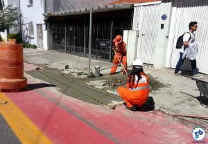Equipe da Prefeitura de São Paulo realizando reforma em sarjeta. Foto: Willian Cruz