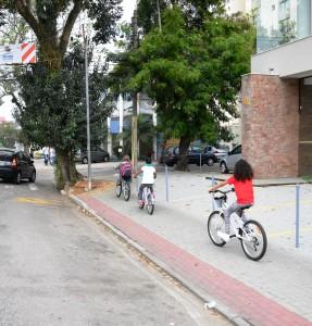 É na calçada que elas vão - questão de segurança, não de infração. Foto: Auira Ariak