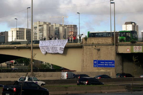 Faixa na ponte da Casa Verde. Foto: Ciclocidade