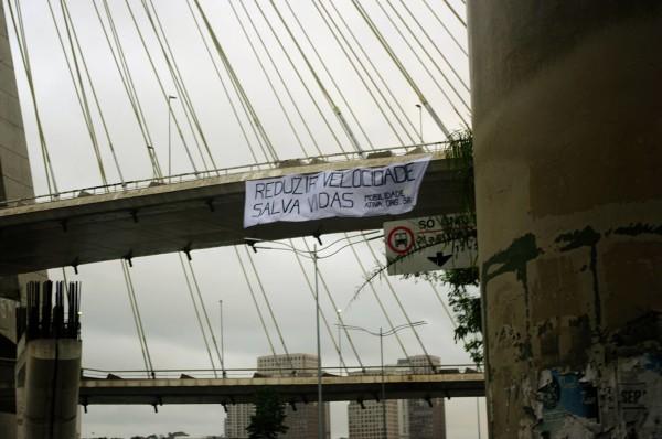 Faixa na ponte Estaiada. Foto: Ciclocidade