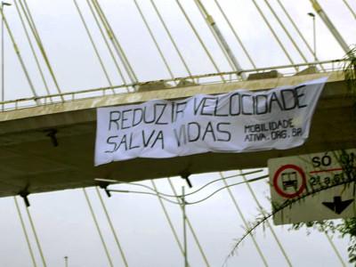 Faixa na Ponte Estaiada, no Dia Mundial Sem Carro. Foto: Ciclocidade