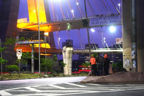 Faixa na ponte estaiada, no Dia Mundial Sem Carro, lembra que a redução de velocidade salva vidas. Foto: Flavio Soares