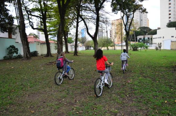 Pedalando rumo à escola por rotas alternativas e mais seguras. Foto: Auira Ariak