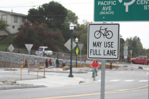 Placa em Santa Cruz, California (EUA), avisando a ciclistas e motoristas que as bicicletas podem ocupar a faixa. Foto: Richard Masoner/Cyclelicious (cc)