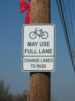 """""""Bicicletas podem usar toda a faixa - mude de faixa ao ultrapassar"""". A placa da cidade de Ferguson, no Missouri (EUA), tem a informação mais completa. - Foto MoBikeFed (cc)"""