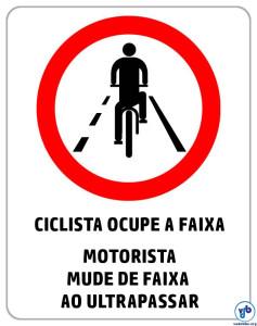 Placa postada pelo Vá de Bike no Facebook gerou polêmica entre os leitores.