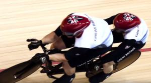 Atletas em uma tandem no ciclismo de pista. Imagem IPC/Reprodução