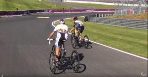 Ciclistas competindo com triciclos. Imagem: IPC/Reprodução