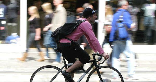 Bike courrier em atividade. Foto: ProfDEH/CC BY-SA 3.0