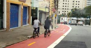 Jovens circulam de bicicleta com a segurança da ciclovia. Sem ela, estariam em meio aos carros. Foto: Carla Moraes/Bike Zona Sul