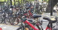 """Bicicletário atual do Instituto: demanda é maior que oferta de vagas e formato """"gancho"""" dificulta o uso. Foto: Sheryda Lopes"""