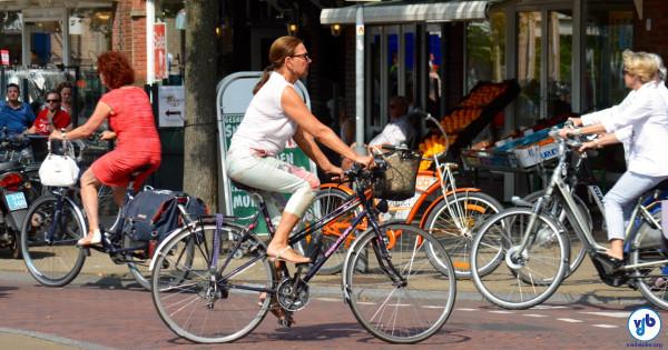 Ciclistas em frente a comércio de rua na Noruega. Foto: Raquel Jorge