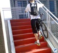 Empurrando sua bicicleta na canaleta do acesso à Ciclovia Rio Pinheiros, em fevereiro de 2009. Foto: Willian Cruz