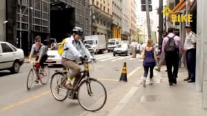 Pedalando com a jornalista Sabrina Duran, em 2012. Foto: Na Bike/Reprodução