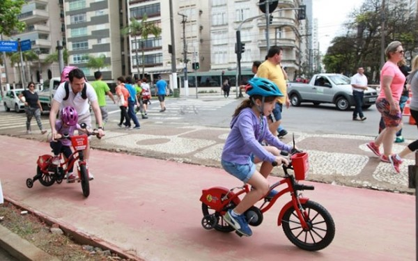 Crianças pedalam nas bicicletas compartilhadas infantis de Santos/SP. Repare na rodinha retraída na bicicleta da direita. Foto Susan Hortas/Divulgação