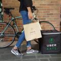 Em outros países, o Uber Eats contrata entregadores ciclistas. Foto: Uber Singapura/Reprodução