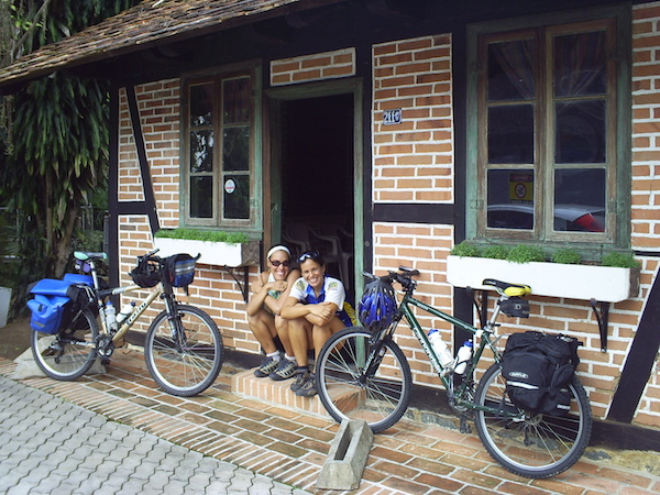 """Mania de cicloviajar """"a duas"""" começou no Vale Europeu em 2006. Na foto, Federica Fochesato (à esquerda) e Camila Doubek. Foto: Federica Fochesato"""